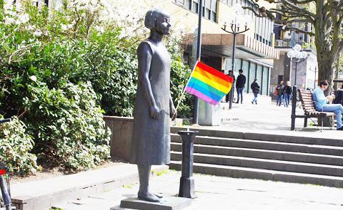 Karin Boyes staty utanför Stadsbiblioteket Göteborg.