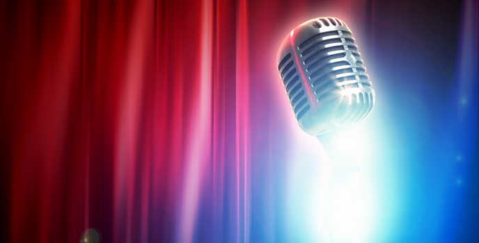 En mikrofon framför ett draperi.