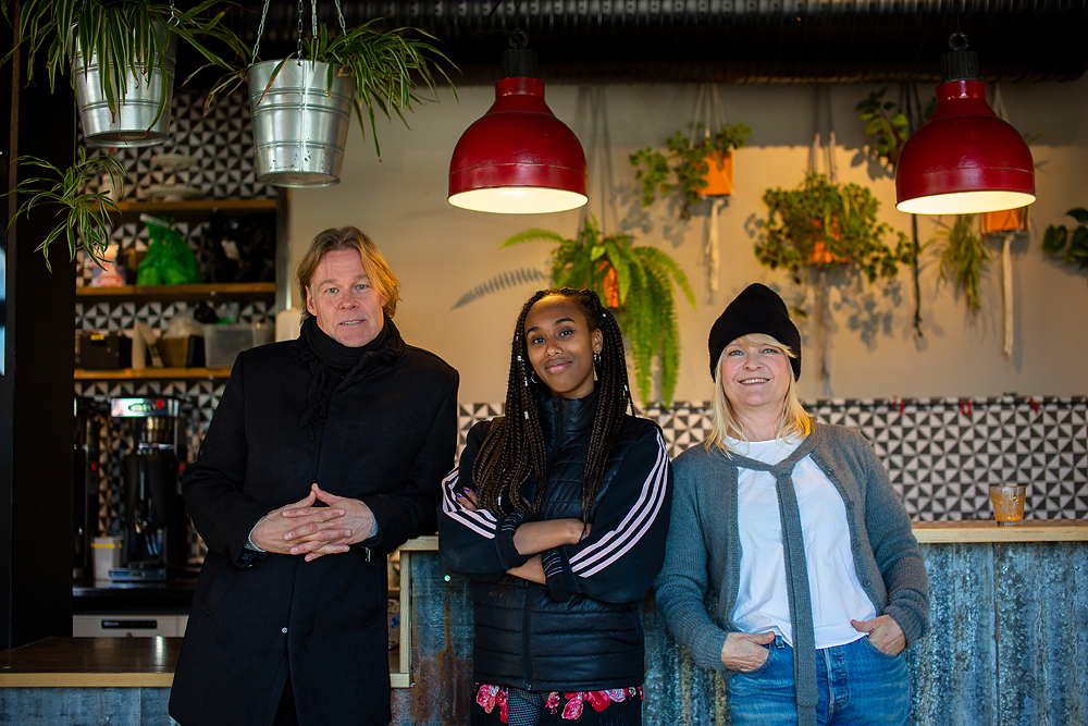 Jörgen Lind, Segal Mohammed och Åsa Gustafsson är några av de poeter och musiker som har uppträtt från ett fönster på Lagerhuset under hösten.