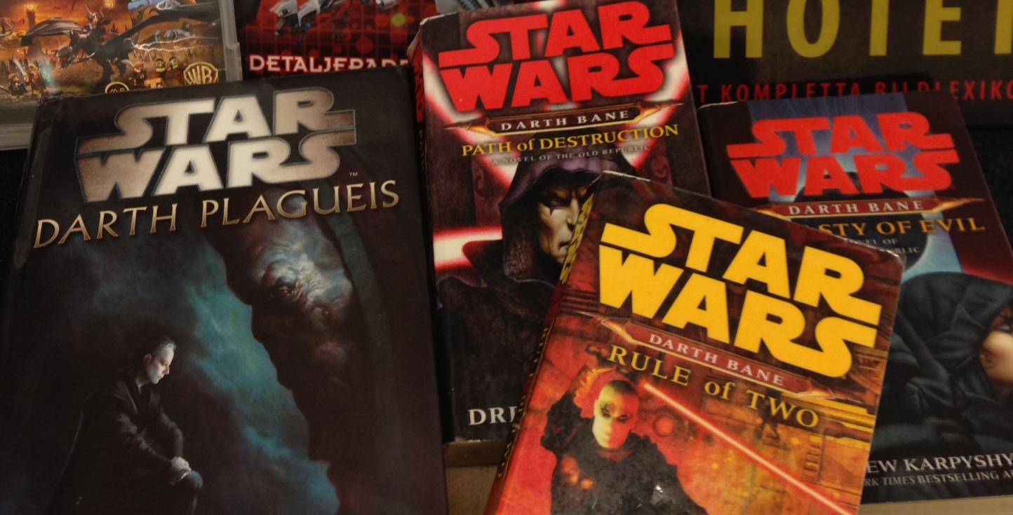 Star wars-böcker ligger utspridda på ett bord.