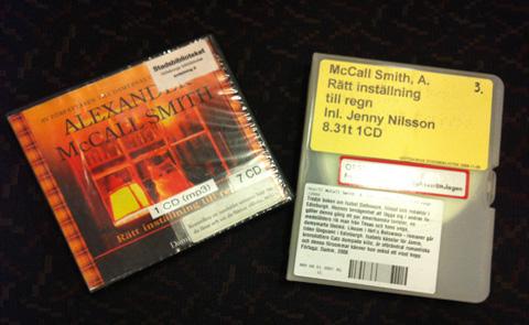 En ljudbok (vänster) och en talbok (höger). Foto: Sara Larsson.
